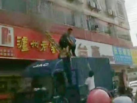 龙华一旅馆起火 4成人1婴儿被困 10多人砸窗接力营救
