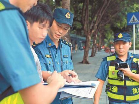 深圳新控烟条例扩大禁烟区域范围 有多人在公交站吸烟被罚