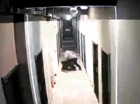 深圳女子被男友从家里打到楼道 警方:男子行拘5日
