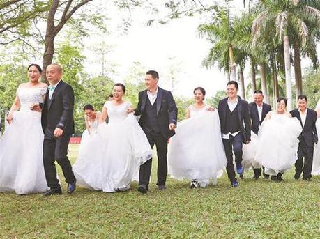 40对环卫工夫妻收到特别礼物:拍婚纱照圆婚纱梦