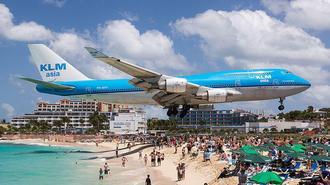 波音747飞机飞过海滩引围观