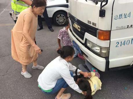 老公拒交罚款 老婆帮腔将女儿塞进车底