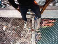 """多人""""玩命""""攀爬香港青马大桥 保安员报警求助"""