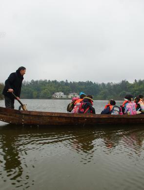 老师划船10年每天接送学生