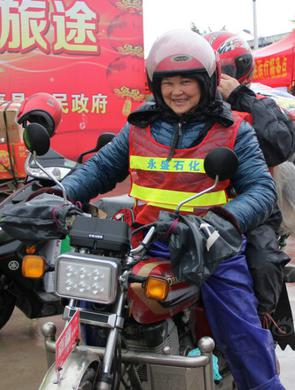 老奶奶冒雨骑摩托回家过年