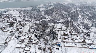 航拍雪后的黄土高原 黑白相间如水墨画