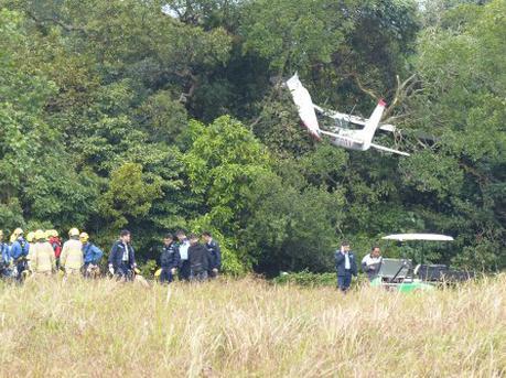 香港一小型飞机失事急降插树 机上二人仅受轻伤