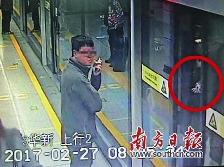 抢上地铁幼童手指被夹 工作人员接报1分钟救出