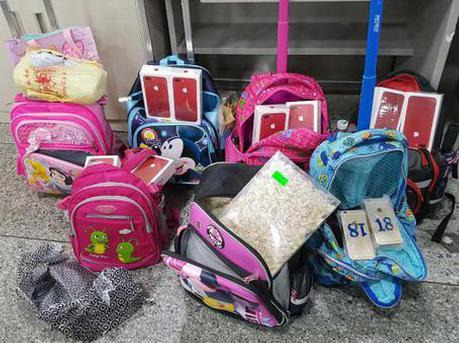 10名跨境学童被查 书包里全是手机、燕窝