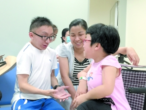廖泽国(左)与其他病友交流