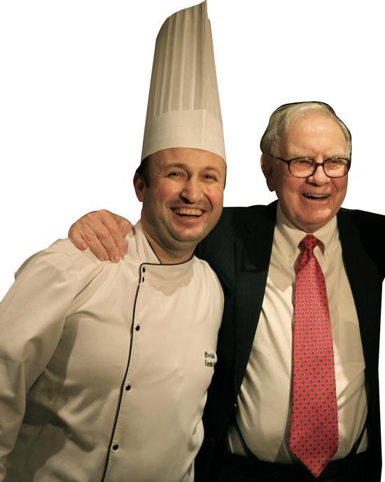 Birol Dincli(左)为巴菲特准备特别定制菜单