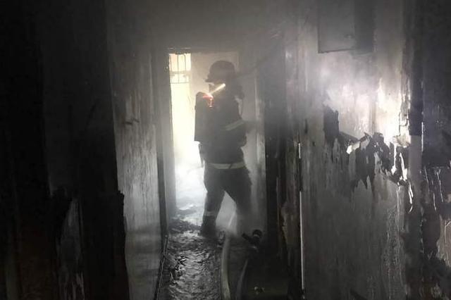 今日凌晨梅林三村一住宅起火 消防疏散市民70余人
