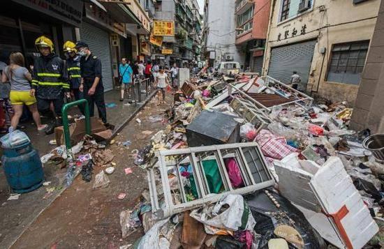 2017年8月23日,中国澳门,街头一片狼藉,消防官兵街头巡视。