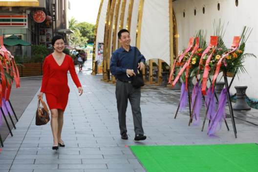 左起: 蔡布谷老师、周延召教授