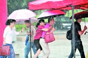 昨日,广州普降暴雨。新港东一地铁站外,一名女子被背着过街。 广州日报全媒体记者杨耀烨 摄