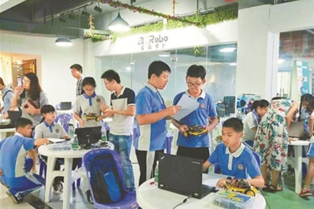"""青少年机器人友谊赛举行 学生编程让机器人""""跨栏"""""""