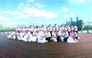 新人举行集体自然婚礼。