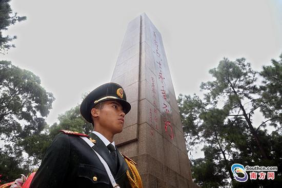 深圳边防官兵缅怀先烈