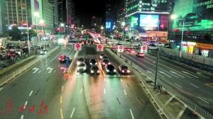 深圳交警将彩田路南北双方向左转车道进行移位设置,优化了车辆转弯半径。
