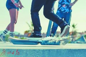 利用超导悬浮技术可开发出悬浮滑板,如科幻片一样炫酷。
