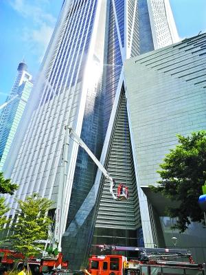 昨日,深圳第一高楼——平安金融中心进行消防应急演练。