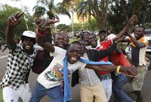 穆加贝辞去总统职务 民众庆贺