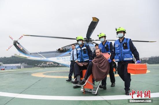 图为救援直升机接载伤者返回澳门外港客运码头。中新社记者 龙土有 摄