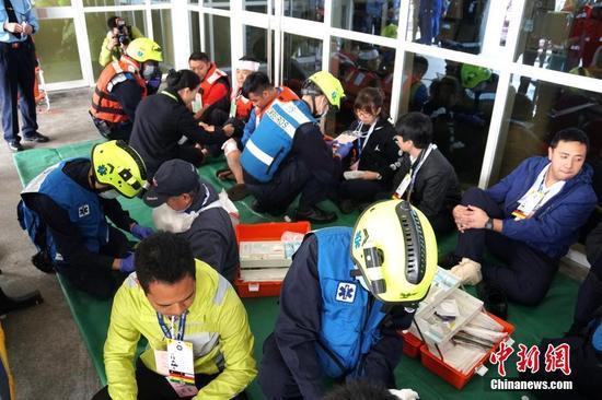 图为救护人员对伤员进行分流和急救。中新社记者 龙土有 摄