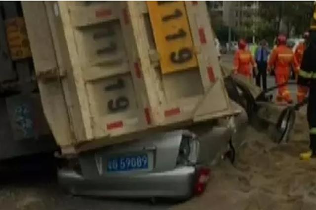 泥头车侧翻 小车被压扁司机不幸遇难
