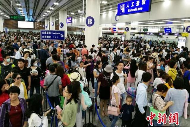 深圳边检开通全部通道方便港澳台居民返乡扫墓祭祖