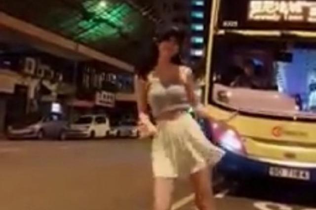 女子在香港巴士前热舞拍抖音惹争议 公开致歉