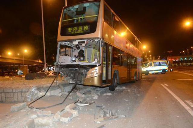 香港疯狂巴士迷偷驾巴士撞烂车头 警方正追查
