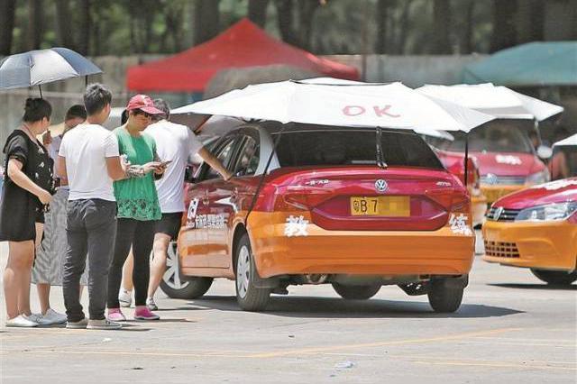 炎炎夏日该如何练车 这家驾校给车装了把伞