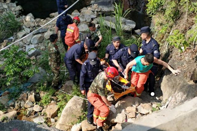 深圳一男子爬山摔断胸椎 民警徒步上山搜救