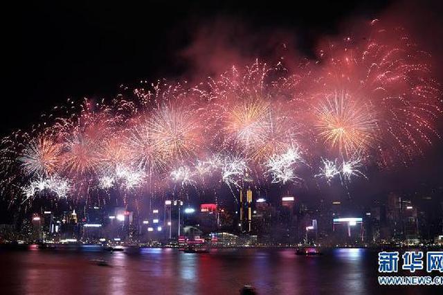 香港维多利亚港举行国庆烟花汇演 共投放31888枚烟花弹