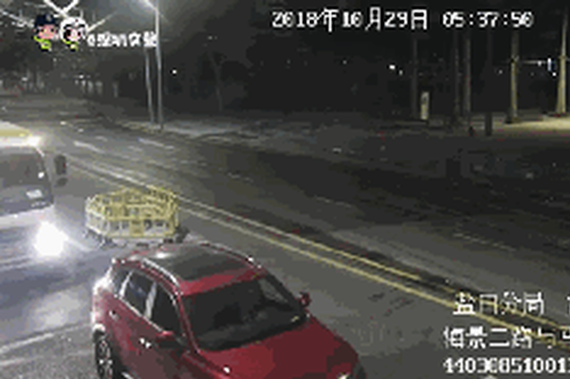 凌晨五点男子无故停车追打环卫车司机 打砸环卫车倒车镜