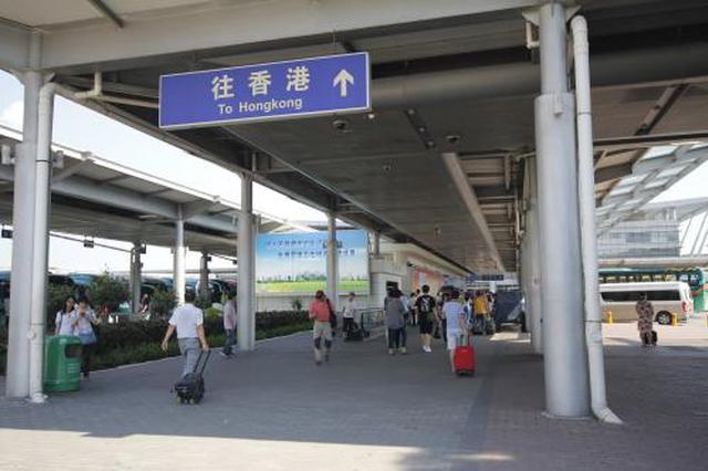 内地赴港旅客开启购物模式 深圳湾口岸接连迎客流高峰
