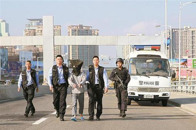 深圳警方向香港移交持枪抢劫嫌疑人 并交还3块涉案手表