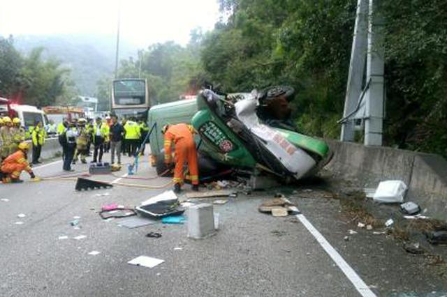 香港一小巴侧翻致1死16轻伤 涉事车辆严重损坏