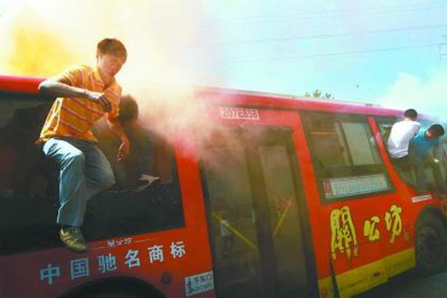 深圳一奥迪车起火 公交车司机拎起灭火器就冲了上去