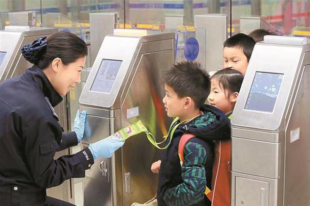 深圳湾口岸民警护航逾7000名深港跨境走读学童平安出入境