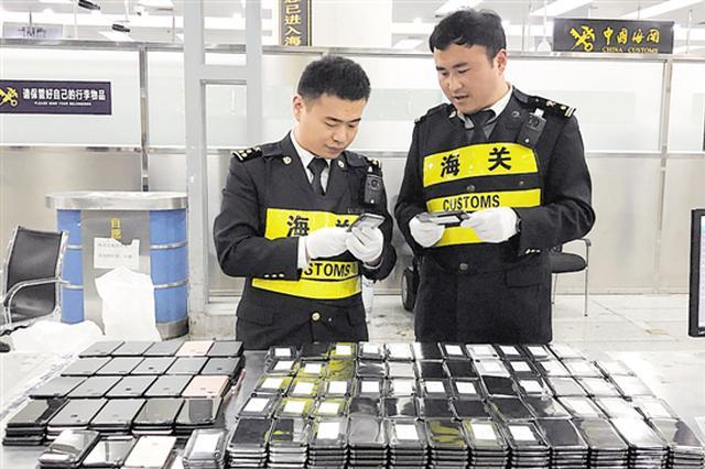 男子假冒残疾人 夹藏415台iPhone手机入境