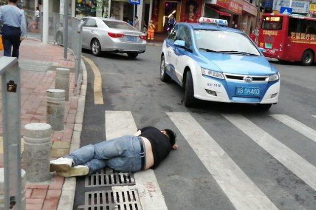 清晨一醉汉睡马路 交警和救护车齐上阵