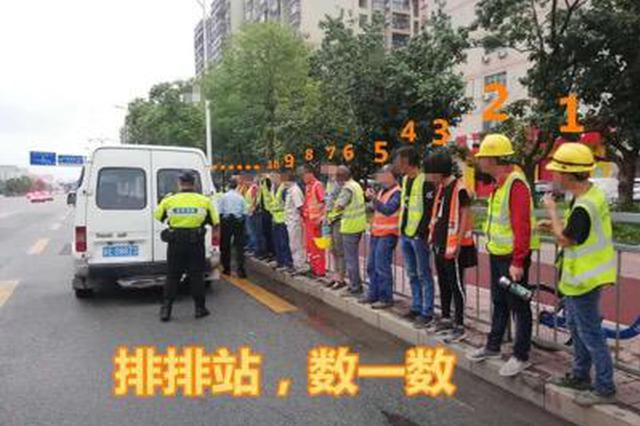 6座客车挤了18人 还装了一大堆货物