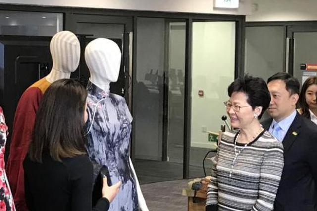 学生自制潮流牛仔布旗袍 香港特首:可不可以试一下