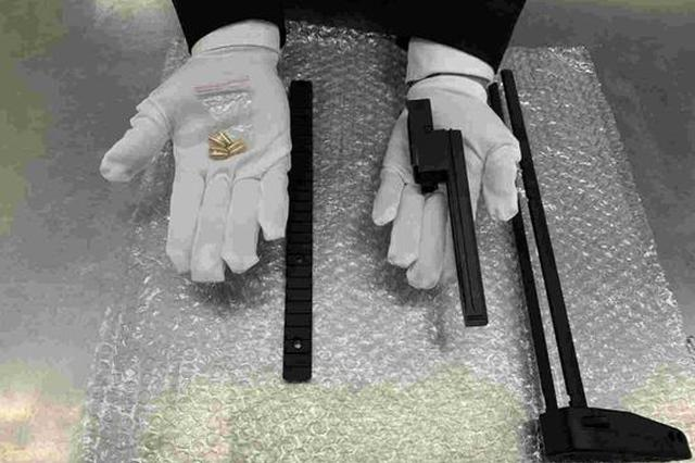 旅客违规携带仿真枪配件及子弹入境 被海关查获