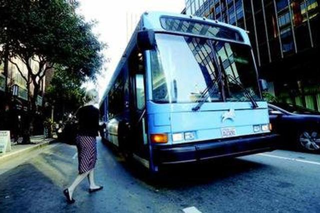 学校取缔拼车巴士家长很头痛 校方配合交通部门整治黑校车