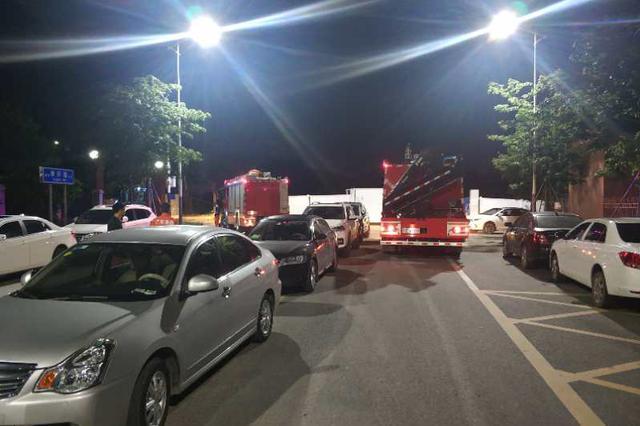 12辆私家车凌晨违停消防队门口 消防员只好这样操作了