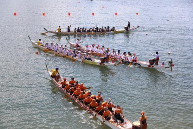 观龙舟品粽子转风车 香港市民热热闹闹过端午