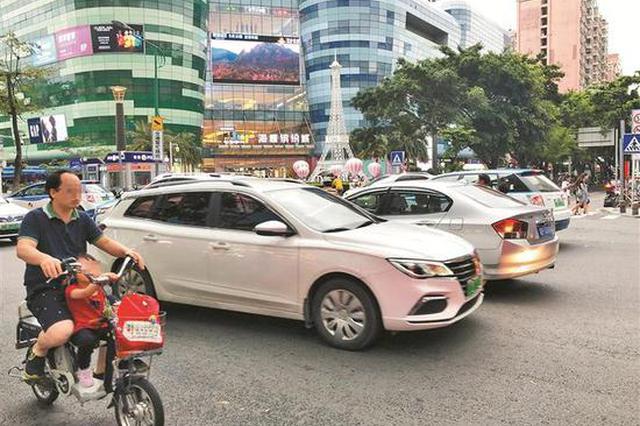 宝安海雅缤纷城违规设停车场入口 长期困扰附近居民